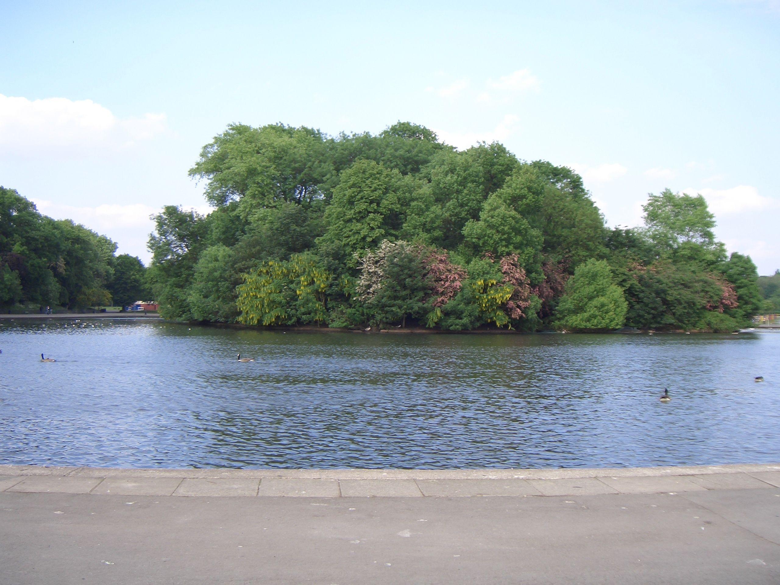 Dog walks in Manchester - Gudog chooses Platt Fields Park